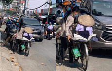 Người mẹ nghèo chở con gái đến trường, thứ cô bé đội trên đầu khiến tất cả lặng người
