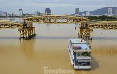 Độc đáo hình ảnh cây cầu ở Đà Nẵng 'biến hình' cho thuyền lưu thông