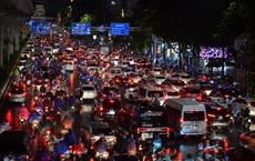 Cơn mưa lớn kéo dài, người dân Hà Nội chôn chân vì tắc đường kinh hoàng