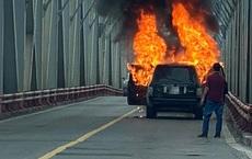 Hà Nội: Xe Range Rover bốc cháy ngùn ngụt trên cầu Chương Dương