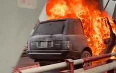 Xe Range Rover bốc cháy ngùn ngụt trên cầu Chương Dương, CSGT mở cửa xe cứu 2 người đàn ông