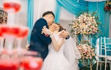 """Chú rể trao cô dâu nụ hôn """"cuồng nhiệt"""" trong lễ cưới, quan khách giật mình khi nhìn bàn tay phải"""