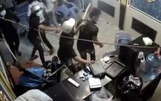 """""""Xin đểu"""" 2 triệu đồng không thành, thanh niên kéo côn đồ đập quán karaoke ở Sài Gòn"""
