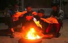 Trời giá rét, học sinh mang củi đến trường để đốt sưởi ấm, học bài