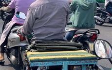 Dòng chữ trên xe máy khiến người đi đường tò mò, đọc được nội dung ai cũng gật gù lùi lại