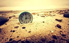 Đặt 1 chiếc đồng hồ trên đỉnh núi, 1 cái khác ở bãi biển: Cho ra 2 giờ khác nhau, tại sao?