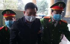 Ông Đinh La Thăng dừng hẳn lại cho PV chụp ảnh khi vào tòa, Trịnh Xuân Thanh cúi người, tránh ống kính