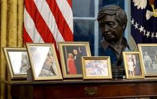 Bức tượng bán thân sau lưng TT Biden có gì đặc biệt mà khiến người Mỹ phấn khích bật dậy?