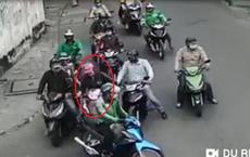 Cận cảnh clip băng nhóm dàn cảnh, móc túi người phụ nữ đi xe máy táo tợn ở Sài Gòn