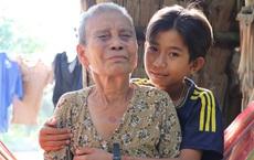 Bố mẹ bỏ rơi, bé trai 13 tuổi đi nhặt củi dừa, bán vé số nuôi bà nội mù lòa: 'Con ước được ăn no, không phải nhịn đói nữa'