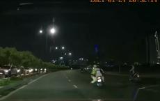 [Clip] CSGT ở Sài Gòn đu theo xe máy vi phạm rồi té ngã ra đường