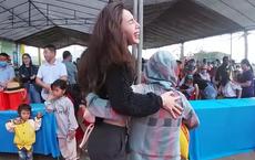 Thủy Tiên cầm 220 triệu lên phát tại vùng cao, lễ phép cúi chào và ôm chặt người dân