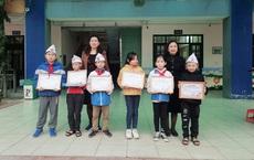 Nhặt được phong bì tiền mừng tân gia, 5 học sinh tiểu học mang đến trụ sở công an