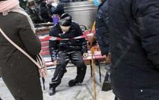 Bức ảnh người đàn ông Ukraine chết cóng khi chờ phân phát đồ ăn gây xôn xao trên MXH: Sự thật là gì?