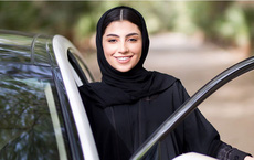 Khách vừa lên xe đã rút dao đòi cướp tiền, nữ tài xế chỉ nói 1 câu đã khiến đối phương ngoan ngoãn làm theo ý mình