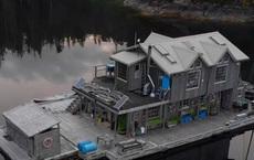 Ông lão mua một căn nhà rộng 70m2 trên mặt nước, sống nhàn nhã một mình hơn 30 năm: Không bị vật chất bó buộc, thế giới tinh thần trở nên phong phú hơn!