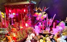 """Đồng nghiệp lập bàn thờ Phi Nhung tại phim trường: """"Không buồn, không khóc nữa nha chị"""""""