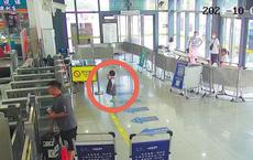 Được tìm thấy ở nhà ga một mình, cô bé 4 tuổi đưa ra một chiếc điện thoại khiến cảnh sát tức giận: Người cha thật vô trách nhiệm!