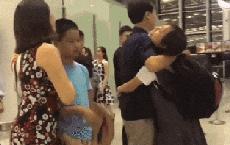 Nữ sinh bịn rịn khi chia tay gia đình đi du học, bố âm thầm 'dúi' vào tay 1 thứ khiến con gái khóc hết nước mắt