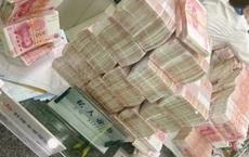 Khó chịu với thái độ của nhân viên ngân hàng, người đàn ông rút một lúc hơn 17 tỷ tiền mặt