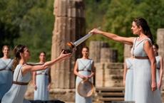 24h qua ảnh: Lễ thắp đuốc cho Olympic mùa đông 2022 tại đền thiêng