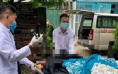 Nam thanh niên được đưa đi cấp cứu trong tình trạng dao vẫn dính trên đầu