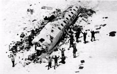 """Ám ảnh vụ tai nạn máy bay quân sự: Người sống sót phải ăn """"loại thịt kinh khủng nhất""""!"""