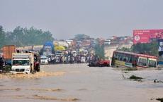 24h qua ảnh: Xe cộ dồn ứ trên cầu trước dòng nước lũ dâng cao