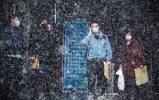 24h qua ảnh: Mọi người chờ xe bus dưới mưa tuyết đầu mùa