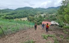 Núi xuất hiện vết nứt khổng lồ, hàng chục người dân bỏ chạy ra khỏi nhà mỗi khi mưa xuống