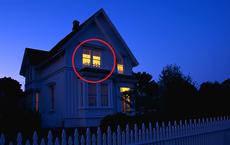 Về muộn vẫn thấy nhà sáng đèn, chồng đi vào rồi chứng kiến vợ trong tình trạng gây ám ảnh