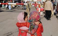 24h qua ảnh: Hai bé gái Afghanistan khoác tay nhau trên đường phố