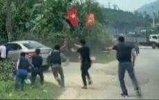 Nghệ An: Bị hơn 30 cảnh sát vây ráp trong đêm, nhóm người trên ô tô vẫn ra sức chống đối