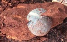 Đập quả trứng khủng long vừa đào được, thứ xuất hiện bên trong khiến người đàn ông sững sờ