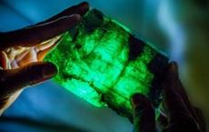 Chỉ hơn 1kg, cục đá màu xanh ở Zambia khiến giới chuyên môn phải xuýt xoa