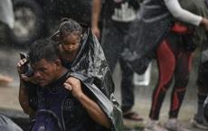 24h qua ảnh: Người di cư cõng con nhỏ dưới mưa trên đường tới Mỹ