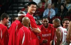 Bị VĐV đàn anh công khai chế nhạo, Yao Ming chỉ trả lời 1 câu: Vừa khiêm tốn vừa đáng nể!