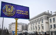 """Kiev trưng tấm biển cỡ đại có dòng chữ """"Crimea là của Ukraine"""" ngay gần ĐSQ Nga: Chọc tức Moskva?"""