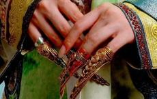 Cô gái tự nhận là hậu duệ của Từ Hi Thái hậu, đeo bộ móng tay giả đến chương trình thẩm định - Chuyên gia tức giận: Mau tháo nó ra!