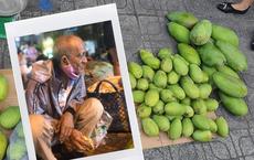 Hình ảnh cụ ông 78 tuổi ăn bánh mì khô, bán xoài trên phố Sài Gòn chăm vợ tai biến khiến bao người xúc động