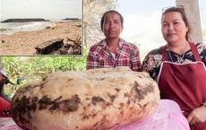 """Đi dạo trên bờ biển sau cơn mưa, người phụ nữ tìm thấy """"tảng đá"""" kỳ lạ và đổi vận chỉ sau 1 đêm"""