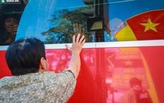 [ẢNH] Cái chạm tay đầy lưu luyến qua ô cửa kính ngày nhập ngũ của người dân TP.HCM giữa mùa Covid-19