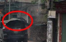 Cột điện lửa cháy rừng rực, bên dưới là ô tô và lời cảnh báo những ai sở hữu xe hơi cần nhớ