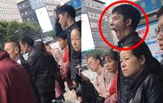 Giơ máy chụp trai đẹp đợi xe buýt, cô gái hoảng hốt sau khi nhìn thấy sản phẩm!