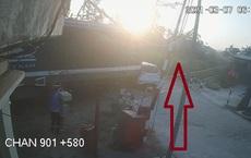 [Clip] Vụ tàu hỏa đâm ô tô khiến gia đình 3 người thương vong: Camera ghi lại hình ảnh nhân viên quên hạ barie?
