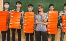 Quà 8/3 xịn đét: Mỗi cô bạn trong lớp được tặng một hộp giày Nike, mở ra biết hội con trai tâm lý cỡ nào!
