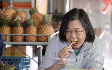 """Chỉ chờ lấy """"visa"""" để xuất ngoại: Đài Loan giải cứu thành công  dứa khỏi lệnh cấm từ Bắc Kinh"""