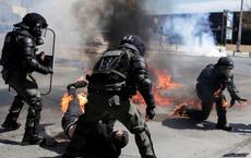 24h qua ảnh: Cảnh sát bị bắt lửa trong cuộc biểu tình ở Hy Lạp