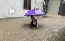 """Hà Nội: Nhiều tuyến phố biến thành """"sông"""", nước ngập ngang thân người trong sáng 17/4"""