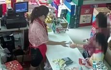 Bé trai bị bắt quả tang trộm đồ trong siêu thị, nhân viên chạy đến kiểm tra thì sững người